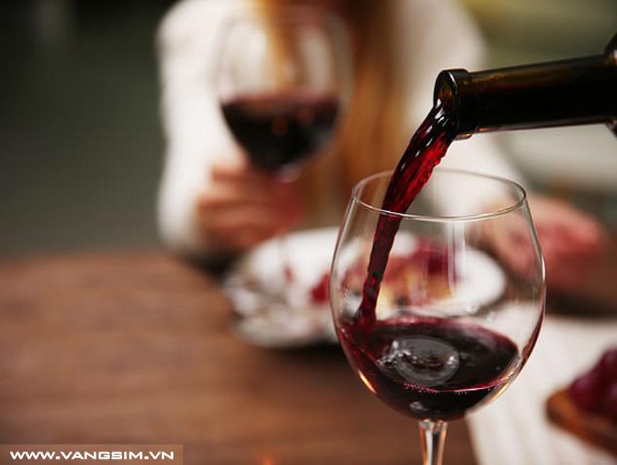 Chữa đau khớp thành công nhờ… rượu vang